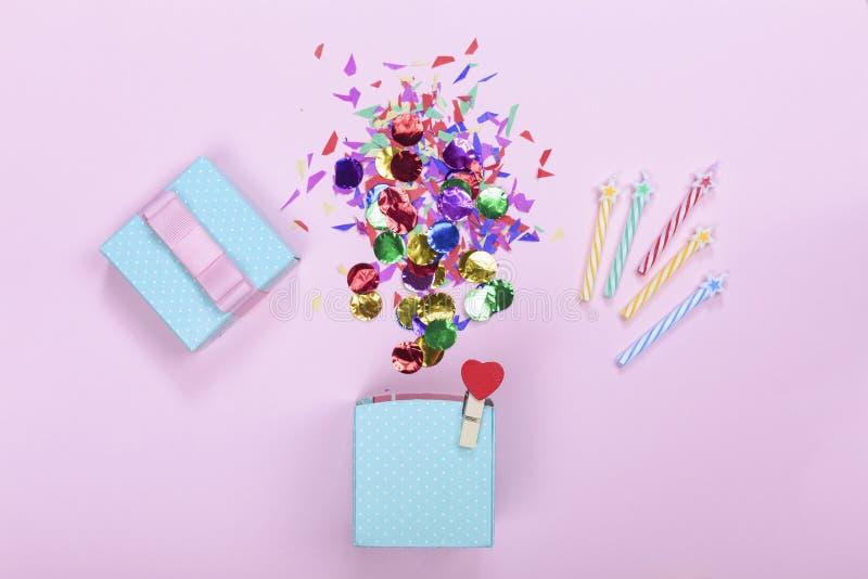 minimalism Giftdoos, kleurenelementen, confettien, model, Gelukkige Verjaardag De ruimte van het exemplaar De achtergrond van de  stock fotografie