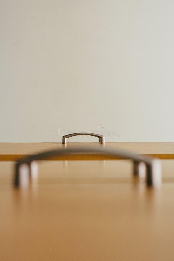 minimalism Governo della maniglia di porta fotografato da un angolo differente immagini stock