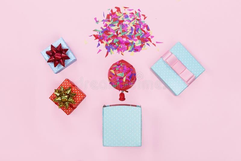 minimalism Um modelo de um cartão Caixa de presente, balão, confete, feliz aniversario Fundo do partido fotografia de stock