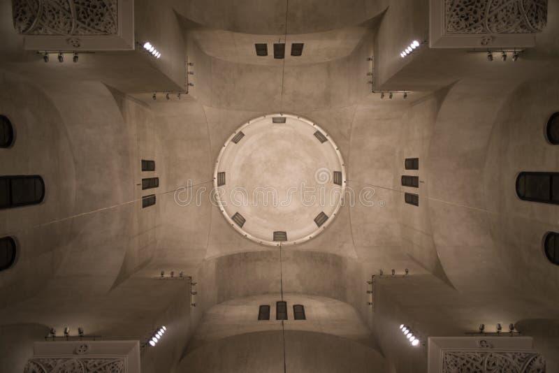 Minimalisme parfait de la géométrie de vue intérieure de dôme d'église orthodoxe images stock