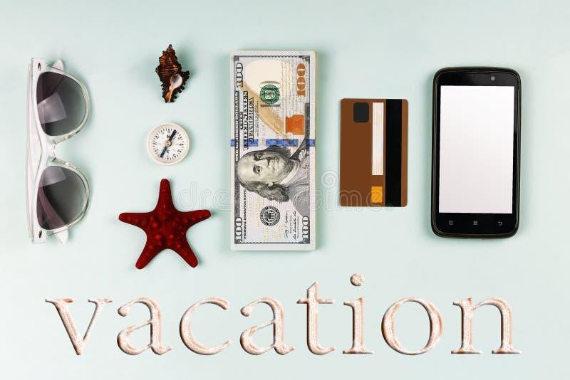 Minimalismo di stile Concetto: vacation su un viaggio, gli accessori dell'estate, i dollari, la disposizione piana, la presentazi fotografie stock libere da diritti