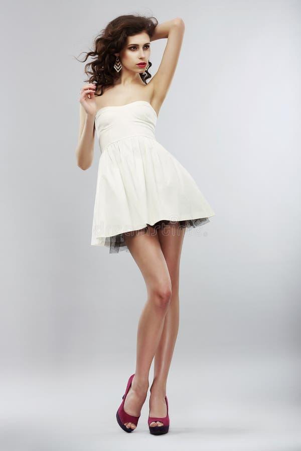 Minimalismo. Estilo de la moda. Mujer elegante en vestido blanco ligero. Colección de verano fotos de archivo