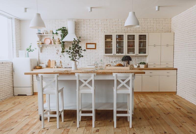 Minimalismo moderno del estilo interior del desván de la cocina imagen de archivo