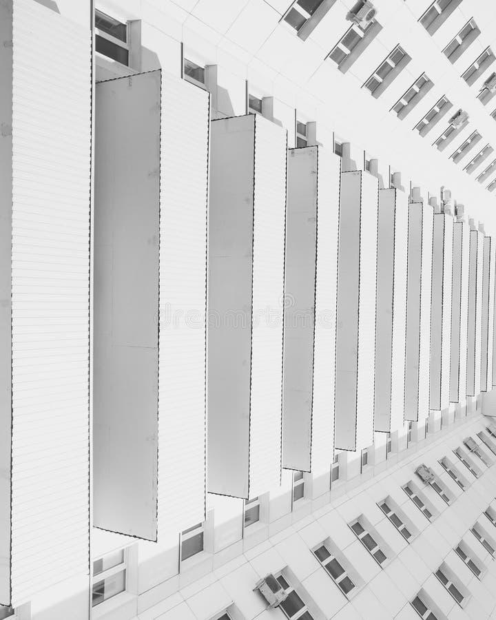 Minimalismo rítmico del blanco de los balcones imagen de archivo