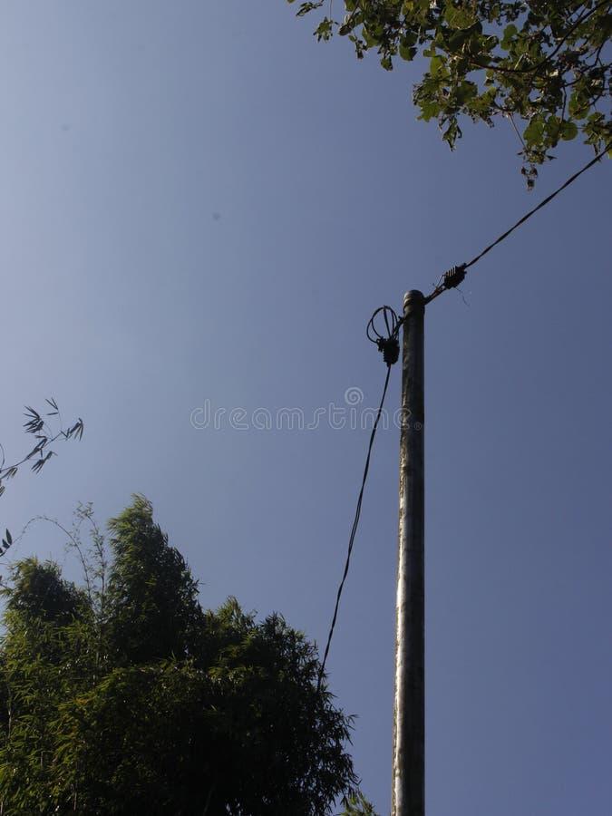 Minimalismus-Art aktiver elektrischer Pole mit Kabel stockbilder