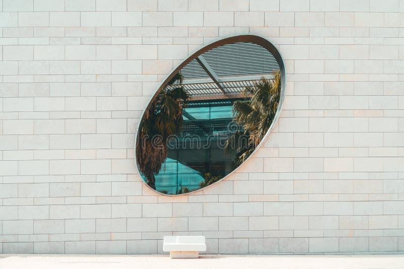 Minimalist arkitektoniskt runt fönster på betongväggen arkivbilder