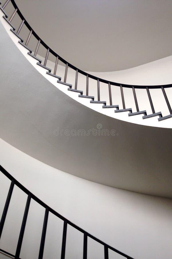 Minimalist bosatt utrymme med spiraltrappuppgången royaltyfri fotografi
