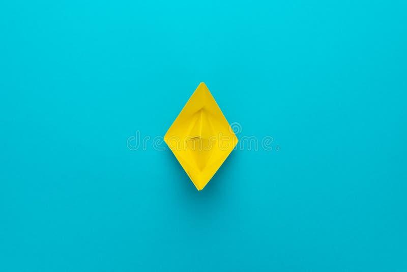 Minimalist foto av det gula pappers- skeppet med kopieringsutrymme Enkelt träd i dimma arkivfoton