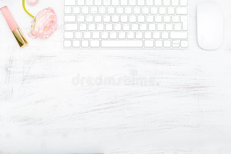 Minimalist kvinnliga skrivbordplatser Åtlöje upp arkivfoton