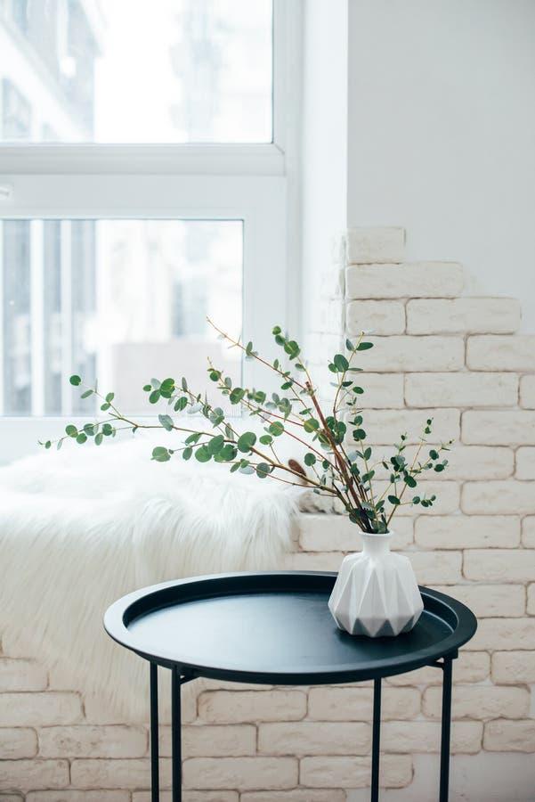Minimalist skandinavisk hemmiljö, ordning för kaffetabell i vitt rum royaltyfria bilder
