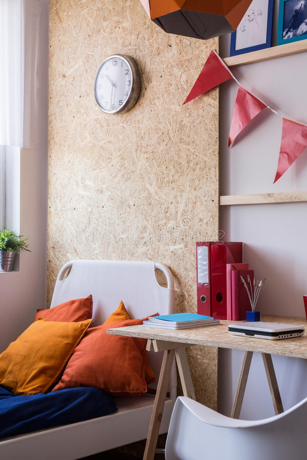 Minimalist stilskrivbord och säng royaltyfri foto