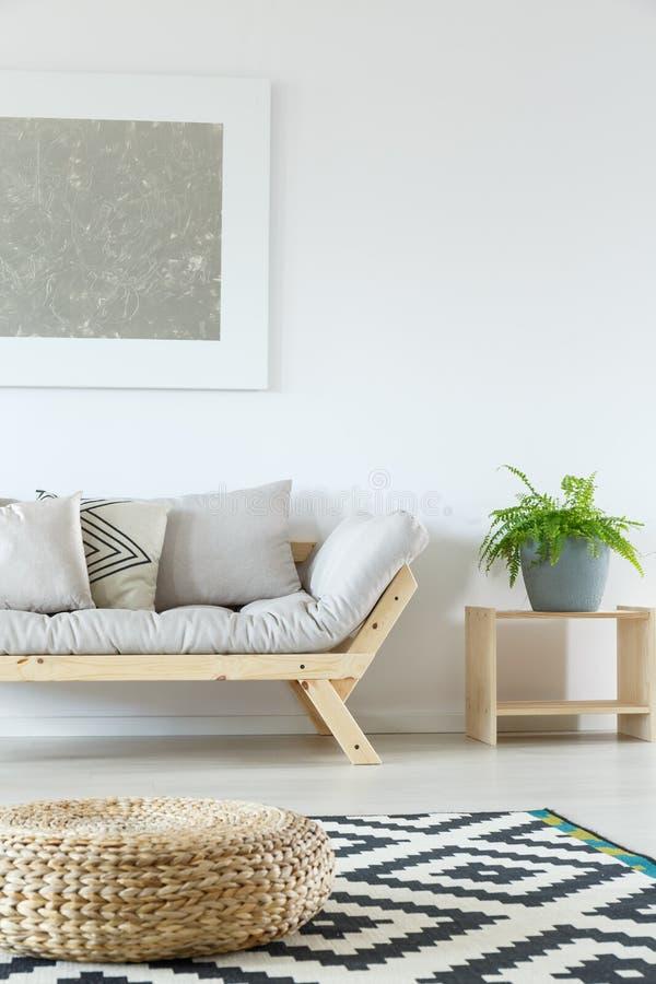 Minimalist vardagsrum med puffen arkivbilder