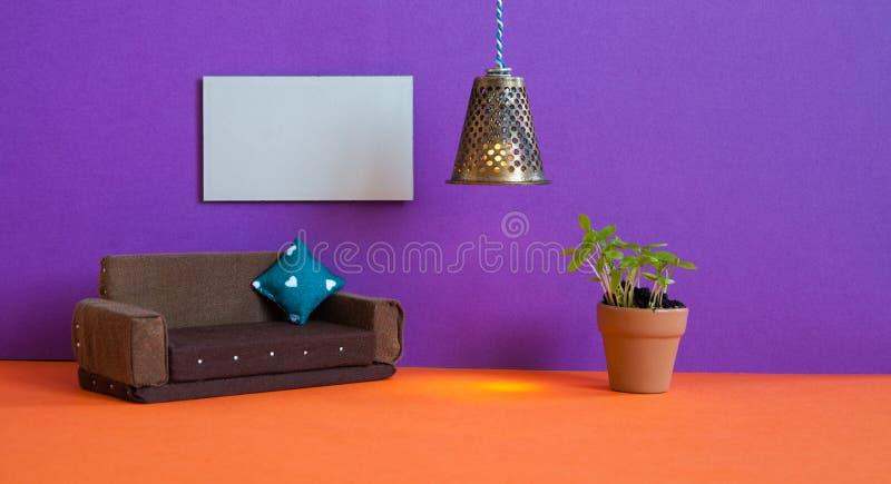 Minimalist vardagsrummöblemanginre Bruntsoffa för enkel design, grön växt för blomkruka och mellanrumsaffischmall på arkivbild
