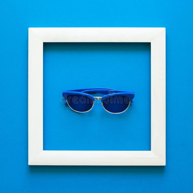 minimalista Arcydzieło w drewnianej ramie sunglasses Odgórny widok Mieszkanie nieatutowy Słońce ochrony pojęcie obrazy stock