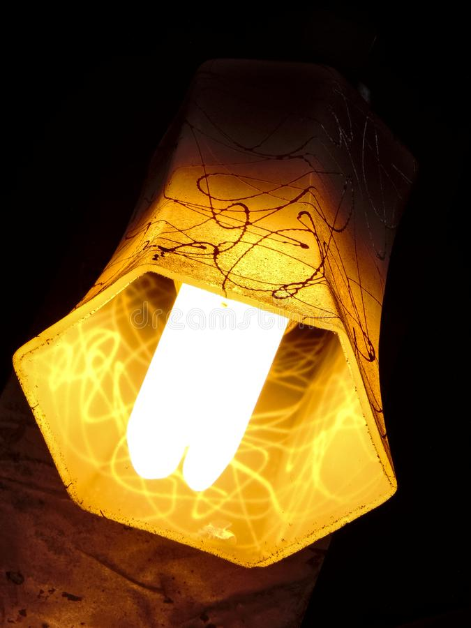 Minimalista de uma máscara de lâmpada profunda amarela do hexágono que pendura diagonalmente ter o projeto da gota da pintura fotos de stock royalty free