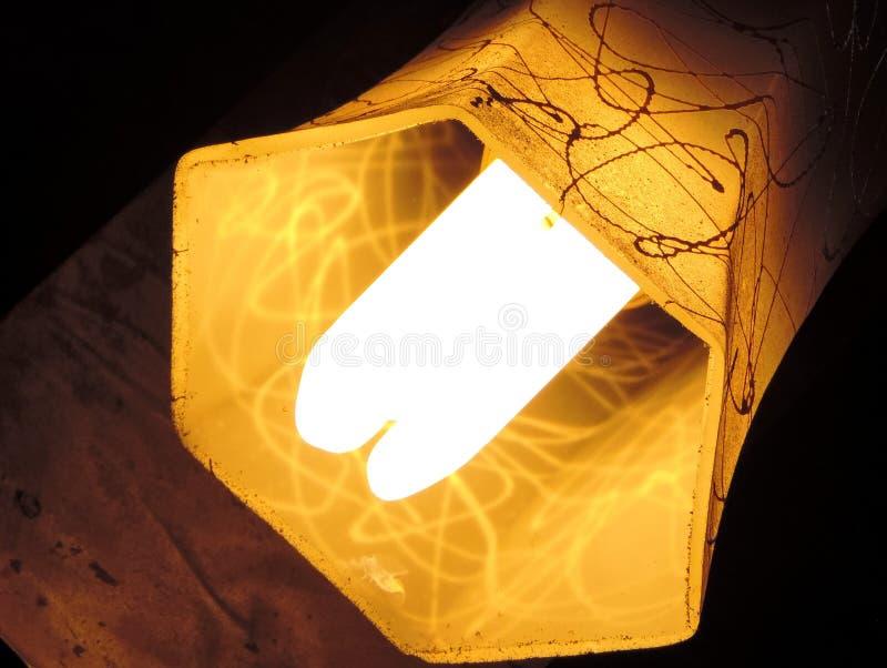 Minimalista de uma máscara de lâmpada profunda amarela do hexágono que pendura diagonalmente ter o projeto da gota da pintura fotografia de stock royalty free