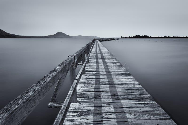 Minimalista del molo al taupo del lago immagine stock libera da diritti