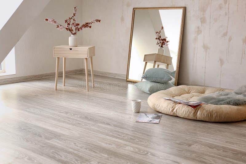 Minimalistic与大镜子的室内部在地板上 免版税库存照片