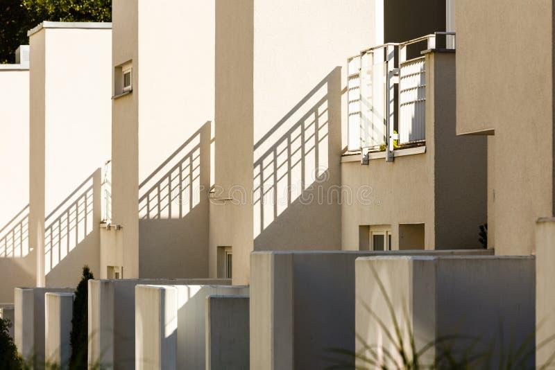 minimalistic形状的现代半独立式住宅 图库摄影