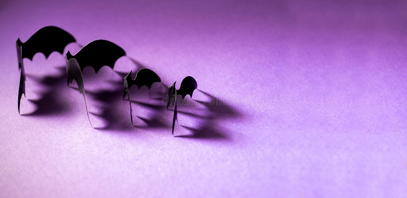 Minimalistic纸与落的阴影的棒样式在紫罗兰色背景 万圣节装饰横幅 万圣节概念 库存图片