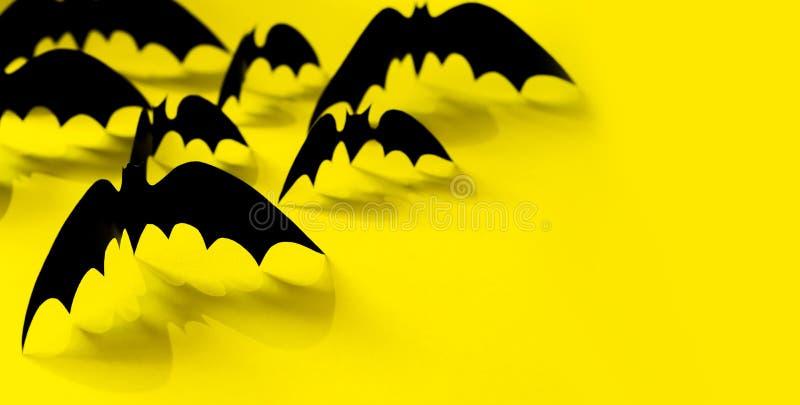 Minimalistic纸与落的阴影的棒样式在黄色背景 万圣节装饰横幅 万圣节概念 图库摄影