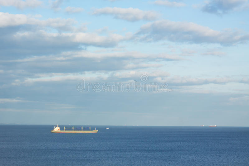 minimalistic τοπίο με το φορτηγό πλοίο στοκ φωτογραφία με δικαίωμα ελεύθερης χρήσης