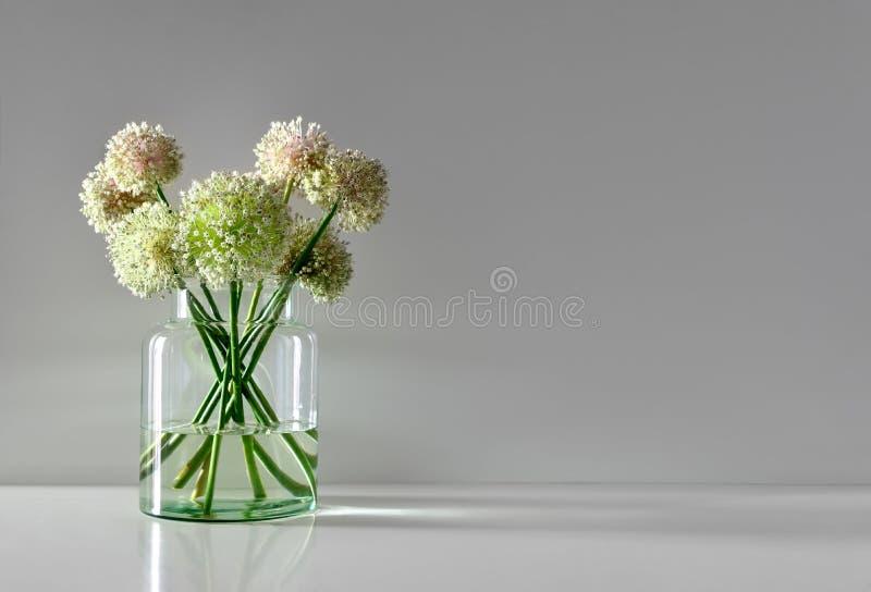 Minimalistic fiorisce il mazzo in vaso di vetro semplice immagini stock