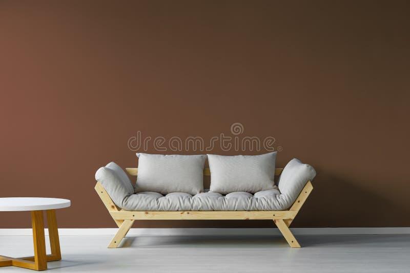 Minimalistic, interior escandinavo da sala de dia imagem de stock royalty free
