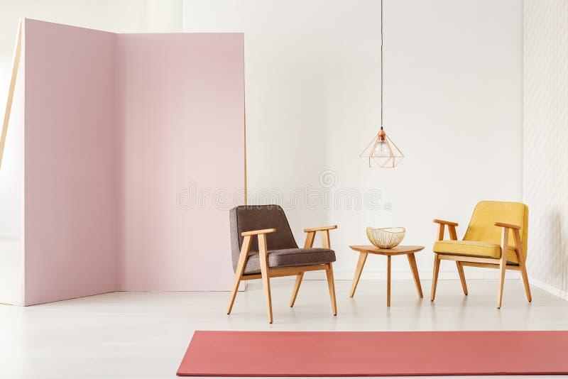 Minimalistic izbowy wnętrze z retro karłami, stolik do kawy, r zdjęcie royalty free