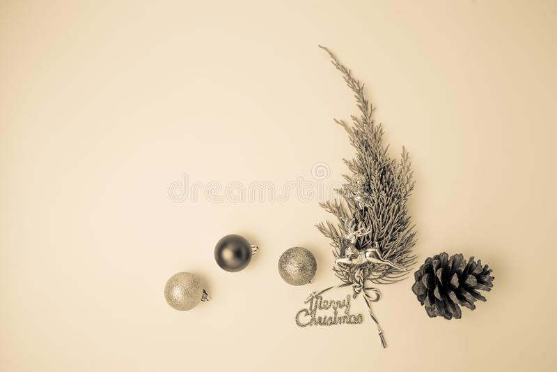 Minimalistic julgran på vit bakgrund arkivfoto
