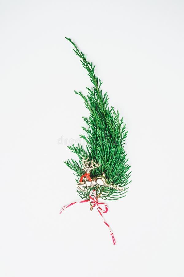 Minimalistic julgran på vit bakgrund Conce för nytt år royaltyfri fotografi