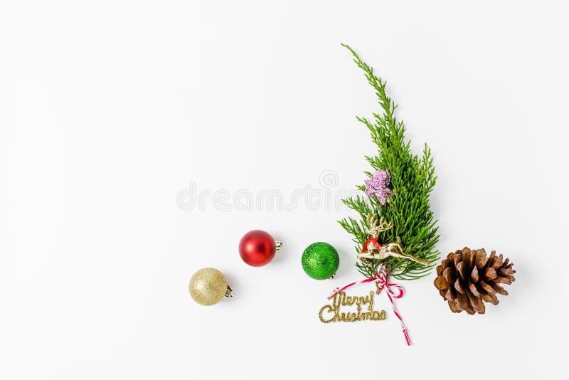 Minimalistic julgran på vit bakgrund Conce för nytt år royaltyfri foto