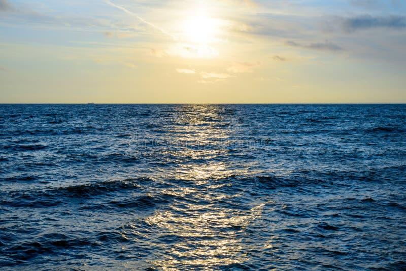 Minimalistic-Landschaft des Sonnenaufgangs über dem Meer mit Wellen lizenzfreie stockfotos