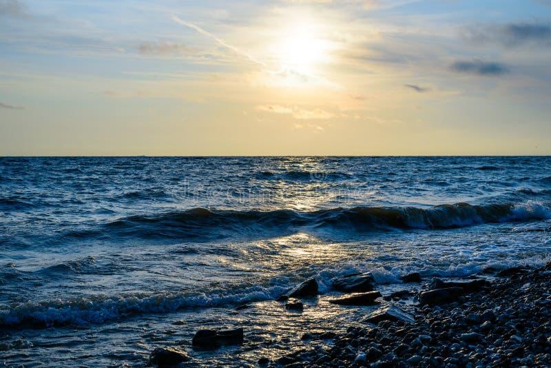 Minimalistic-Landschaft des Sonnenaufgangs über dem Meer mit Wellen stockfotografie