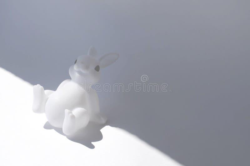 Minimalistic rubberstuk speelgoed konijntje op een witte achtergrond royalty-vrije stock foto's