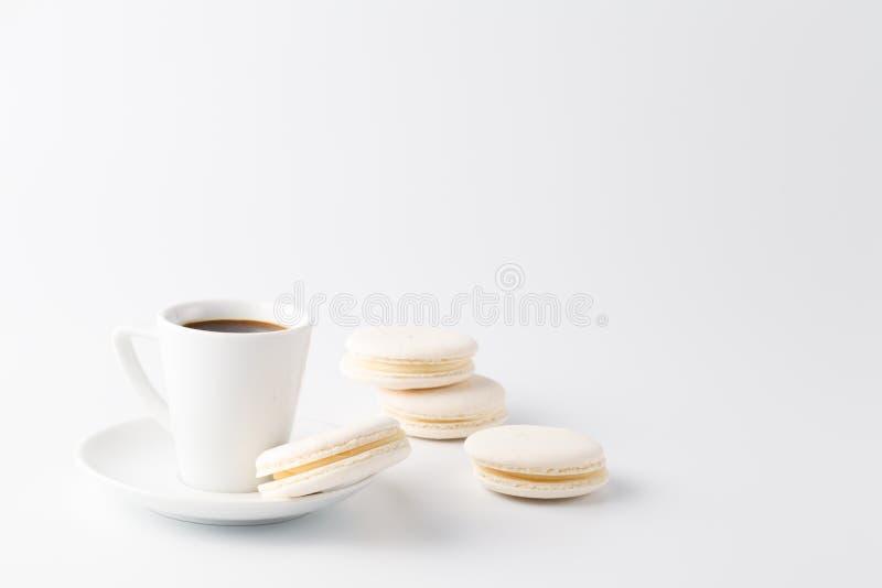 Minimalistic strzelał kawy espresso filiżanka z jeden białym macaroon obrazy stock