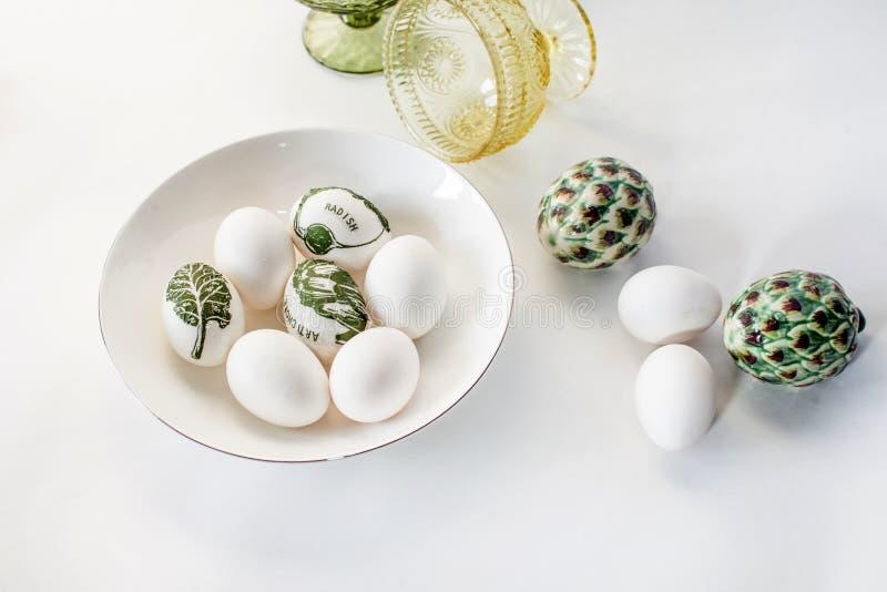 Minimalistic Wielkanocni jajka dekorowali z decoupage i bielem na białym tle Prosta dekoracja jajka z dziećmi obrazy royalty free