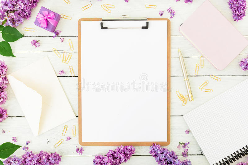 Minimalistic workspace z schowkiem, kopertą, bzem i akcesoriami na białym tle, Freelancer lub blogger pojęcie płaski los angeles zdjęcie royalty free
