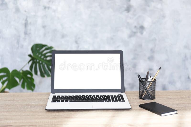 Minimalistic-Zusammensetzung des Arbeitsplatzes mit Laptop und Briefpapier stockfoto