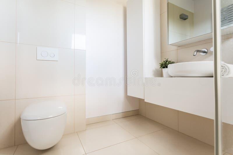 Minimalistische badkamers met modern toilet royalty-vrije stock afbeeldingen