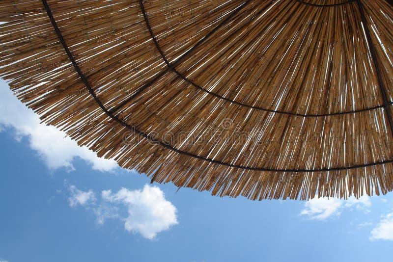Minimalistische de zomergeest - strandparaplu en de de zomerhemel stock foto's