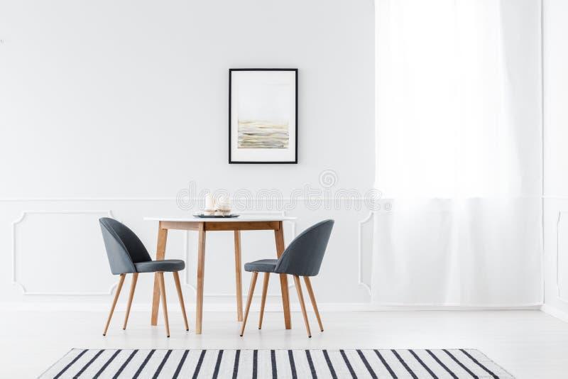 Minimalistische eetkamer met affiche royalty-vrije stock fotografie