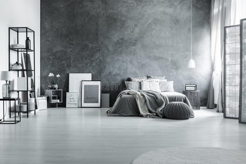 Minimalistische en grijze zolderslaapkamer stock foto's