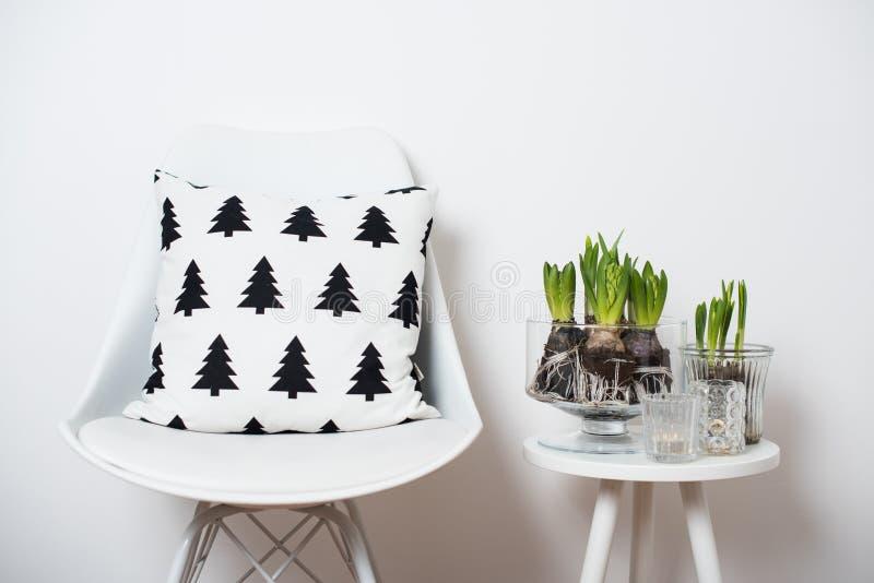 Minimalistische meubilair en hyacinten royalty-vrije stock fotografie