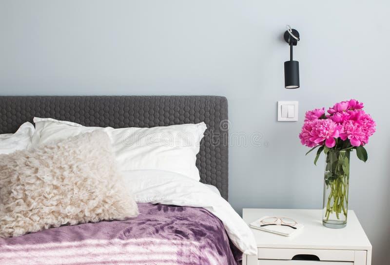 Minimalistische moderne slaapkamer in detail royalty-vrije stock afbeelding