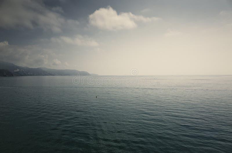 Minimalistische oceaan oneindige horizon stock foto's