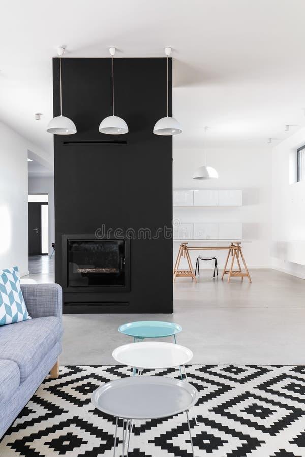 Minimalistische Woonkamer Met Zwarte Open Haard Stock Afbeelding ...
