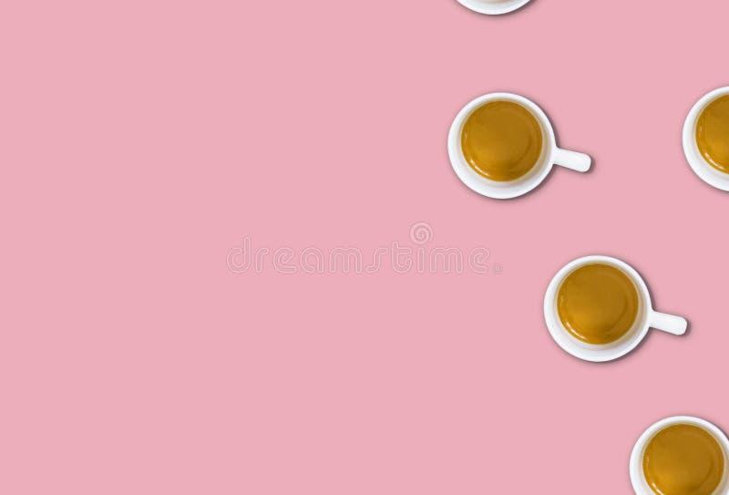 Minimalisty wzór z odgórnym widokiem grupa filiżanki na świetle - różowy pastelu stół zdjęcia stock