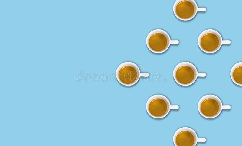 Minimalisty wzór z odgórnym widokiem grupa filiżanki na bławym pastelu stole obrazy stock