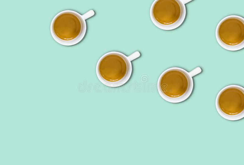 Minimalisty wzór z odgórnym widokiem grupa filiżanki na jasnozielonym pastelu stole obrazy stock